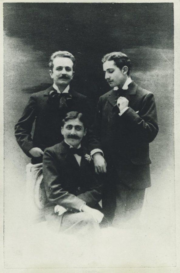 Marcel Proust (assis) et ses amis, Robert de Flers (gauche) et Lucien Daudet (droite), vers 1894. © Otto Wegener.